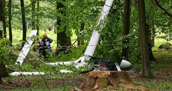 W lesie w okolicy miejscowości Szczury spadł na ziemię szybowiec. Służby zostały powiadomione przez świadków wypadku. Okazało się, że za sterami siedziała 60-letnia kobieta, która z ogólnymi potłuczeniami została przewieziona do szpitala.