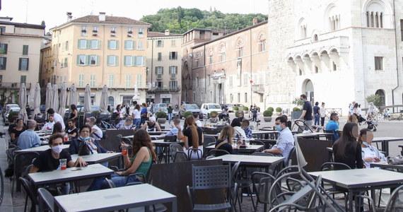 """""""Koniec kwarantanny"""" - tak rzymski dziennik """"La Repubblica"""" podsumowuje dalsze odmrażanie gospodarki kraju po 2 miesiącach zamknięta. Dziś działalność wznawia 800 tys. firm, lokali gastronomicznych i usługowych oraz sklepów."""