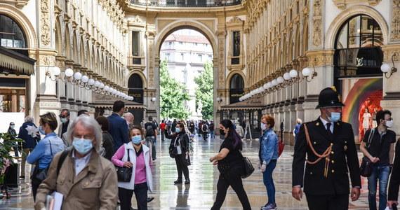 Nowe zakażenia koronawirusem spadną do zera w Lombardii w połowie sierpnia - taką prognozę przedstawiło w poniedziałek w Rzymie obserwatorium zdrowia we włoskich regionach. Według tych hipotez wirus zostanie ujarzmiony najpierw w prowincjach Bolzano i Trydent. Jak zapewnił szef włoskiego MSZ – kraj gotowy jest na przyjmowanie turystów już od 3 czerwca.