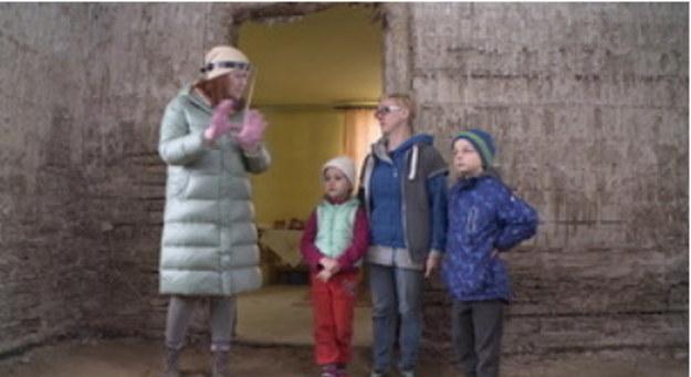 Pani Halina stworzyła rodzinę zastępczą dla swoich wnuków, Patryka i Julii. Córka kobiety przez wiele lat walczyła z chorobą alkoholową. Jakiś czas temu straciła kontakt z rzeczywistością. By stworzyć dzieciom nowy bezpieczny dom, pani Halina kupiła stary drewniany budynek w sąsiedniej wsi. Nie nadaje się on jednak do zamieszkania. Ściany i podłogi gniją, instalacja elektryczna nie działa, w budynku brakuje też łazienki. Pani Halina rozpoczyna wyścig z czasem. Jeśli dzieci szybko nie zamieszkają w bezpiecznym miejscu, zostaną jej odebrane.