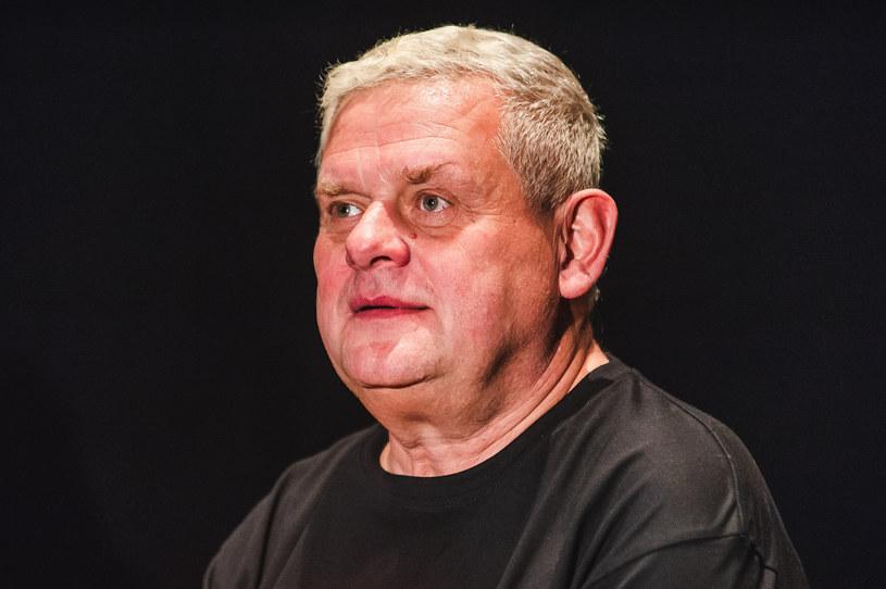 """Kazik Staszewski uznał, że nie chce, aby jego utwór """"Twój ból jest lepszy niż mój"""" znajdował się na liście przebojów Programu Trzeciego Polskiego Radia. Wystosował w tej sprawię oficjalny komunikat."""