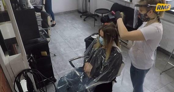 W poniedziałek, 18 maja otwarte zostały między innymi zakłady fryzjerskie i kosmetyczne. To efekt wprowadzenia w życie kolejnego etapu odmrażania gospodarki. Obowiązują jednak pewne zasady, o których należy pamiętać przed wizytą w salonie. Sprawdziliśmy to.