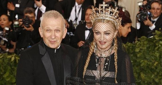 Jeden z najbardziej awangardowych paryskich projektantów mody, który ubiera takie gwiazdy show-biznesu jak Lady Gaga czy Madonna - Jean Paul Gaultier - przedstawił nową kolekcję… maseczek ochronnych - w różnych kształtach i z różnych materiałów. Niektórzy komentatorzy sugerują, że dzięki niemu maski - zamiast przeszkadzać - stały się atutem lubiących prowokacje kobiet i mężczyzn.