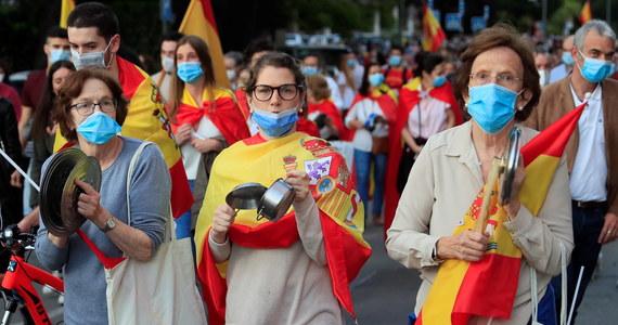 """Zmęczeni restrykcjami obywatele Hiszpanii, jak informuje krajowa policja, spotykają się na nielegalnym spożywaniu alkoholu lub ignorują przepisy zobowiązujące do zachowania dwumetrowego odstępu od innych osób. Media odnotowują, że Hiszpanie """"odreagowują"""" kwarantannę także nielegalnymi prywatkami."""