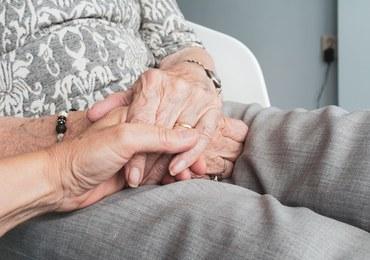 """Zamiast leczyć Covid-19, podają """"paliatywny koktajl"""". Ekspert: To eutanazja"""