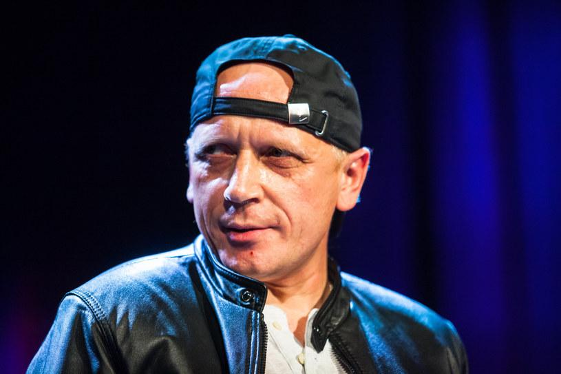 """Zamieszanie rozpoczęło się w połowie maja, gdy utwór Kazika """"Twój ból jest lepszy niż mój"""" znalazł się na szczycie notowania nr 1998 Listy Przebojów Trójki. W wyniku afery ze stacji odchodzą kolejni dziennikarze. Wypowiedzenie złożył m.in. Piotr Stelmach, związany z Trójką od 23 lat."""