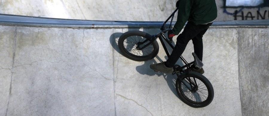 Prokuratura Rejonowa w Kaliszu wszczęła śledztwo ws. śmierci 16-latka po wypadku w tamtejszym skateparku. Nastolatek uderzył głową o betonową ławę.
