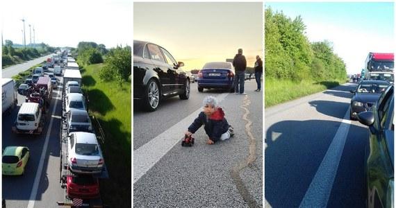 Wielokilometrowe korki na polsko-niemieckich przejściach granicznych - alarmowaliście nas na Gorącą Linię RMF FM. Od środowego wieczoru na wjazd do Polski trzeba było czekać kilka, a nawet kilkanaście godzin. Straż Graniczna informuje, że ostatniej doby do Polski przez zachodnią granicę wjechało ponad 35 tys. osób.