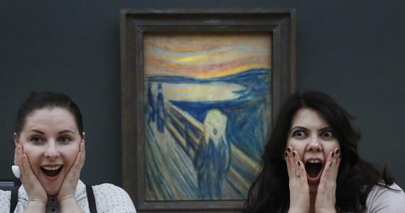 """Słynny obraz norweskiego malarza Edwarda Mucha """"Krzyk"""" traci kolor. Eksperci ustalili, że powodem jest... oddech oglądających go ludzi. Być może patrząc na """"Krzyk"""" podziwiającym go usta otwierają się samowolnie. Koniec z tym – uznali eksperci, którzy doszli do wniosku, że para z ust robi dziełu krzywdę. Obraz blaknie, turystów trzeba będzie trzymać na dystans."""