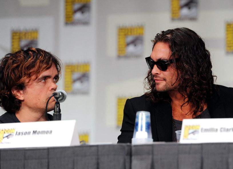 """Producenci filmu """"Good Bad & Undead"""" toczą właśnie rozmowy z aktorami, których chcieliby obsadzić w rolach głównych. Jeśli wszystko potoczy się po ich myśli w tej produkcji o wampirach zobaczymy dwóch aktorów z """"Gry o tron"""" - Petera Dinklage'a, który w popularnym serialu HBO zagrał rolę Tyriona Lannistera oraz Jasona Momoę, który wcielił się tam w postać Khala Drogo. Film wyreżyseruje Max Barbakow."""