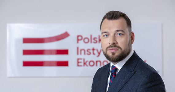 """""""W naszej prognozie zakładamy, że (spadek polskiego PKB w tym roku) albo będzie wynosił powyżej 4 procent w scenariuszu pierwszym: nie chcę mówić, że optymistycznym, ale bardziej optymistycznym, no i też może wynosić powyżej 7 procent"""" - mówił w Popołudniowej rozmowie w RMF FM szef Polskiego Instytutu Ekonomicznego Piotr Arak."""