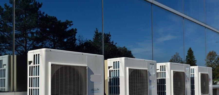 Według synoptyków, najbliższe tygodnie przyniosą letnie temperatury. Stąd firmy czyszczące klimatyzację mają teraz pełne ręce roboty. Czy przyjemny powiew wydobywający się z urządzeń chłodzących w biurze czy w restauracji jest wolny od koronawirusa?