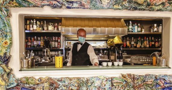 """Burmistrz Rzymu Virginia Raggi zaprasza latem turystów. """"Przyjedźcie, miasto jest bezpieczne"""" - zapewniła. Na turystów czekają m.in. właściciele hoteli, barów, restauracji, sklepów, taksówkarze, przewodnicy."""