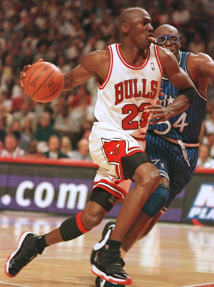 """Wyprodukowany przez stację ESPN, a poza Stanami pokazywany na Netfliksie, """"Ostatni taniec"""" przez wielu został określony mianem sportowego dokumentu wszech czasów. Nieliczni krytycy tego serialu twierdzą, że jest on mało wiarygodny, bo spory wpływ na jego ostateczny kształt miał Michael Jordan, czyli główny bohater produkcji. Do grona krytyków """"Ostatniego tańca"""" dołączył kolega Jordana z drużyny Chicago Bulls, Horace Grant. Koszykarz stwierdził, że 90% tego, co pokazano w dokumencie Jasona Hehira to bzdury."""