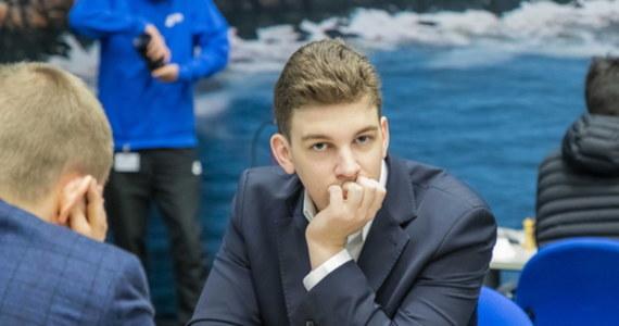 """""""To niewątpliwie wielkie osiągnięcie. Grałem wcześniej z Magnusem Carlsenem kilka razy, ale to moja pierwsza wygrana z najlepszym aktualnie szachistą na świecie, mistrzem świata. Bardzo promuje ona szachy w Polsce. Było to w środę jedno z głównych wydarzeń w polskim sporcie z uwagi pandemię"""" - tak swój wielki sukces komentuje w RMF FM szachowy arcymistrz Jan-Krzysztof Duda. 22-latek z Wieliczki jest najwyżej sklasyfikowanym w światowym rankingu szachistą z Polski. Zajmuje 16. miejsce. Zwycięstwo nad słynnym Norwegiem nie wystarczyło jednak do awansu do ćwierćfinału turnieju Lindores Abbey Rapid Challenge. Duda zakończył go na 11. miejscu. """"Na pewno liczyłem na więcej. Głównym celem było wejście do czołowej ósemki"""" - zaznacza w rozmowie z dziennikarzem RMF FM Michałem Rodakiem."""