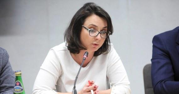 """""""Niemal codziennie dowiadujemy się o nowych aferach, w których główną role odgrywają ludzie w różny sposób powiązani z PiS. W trakcie pandemii miliony złotych z naszych podatków są wydawane na bezużyteczny sprzęt, bezużyteczne maseczki, a co w tych sprawach ma do powiedzenia prezydent Andrzej Duda? Nic"""" – powiedziała posłanka Koalicji Obywatelskiej Kamila Gasiuk-Pihowicz. """"Prezydent Andrzej Duda wobec Jarosława Kaczyńskiego zachowuje się jak szeregowiec wobec kaprala - pręży się, staje na baczność, a Polska potrzebuje prezydenta, który tego małego kaprala z Żoliborza postawi do pionu"""" - oceniła."""