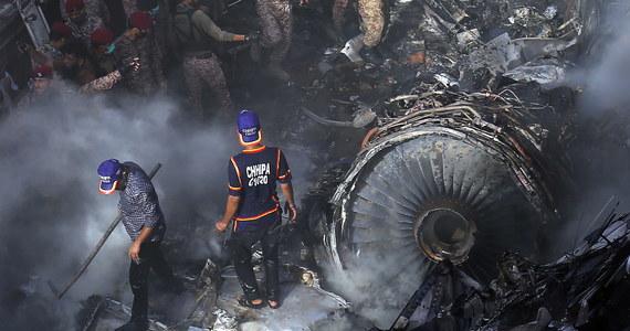 Samolot Pakistan International Airlines rozbił się w Karaczi w Pakistanie. Na pokładzie było 107 osób. Co najmniej dwie osoby przeżyły katastrofę  - podają lokalne władze. Do tej pory odnaleziono ciała 56 ofiar.