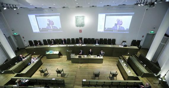 Zgromadzenie Ogólne Sędziów Sądu Najwyższego dotarło do etapu zadawania pytań 10 sędziom chcącym kandydować na stanowisko I prezesa SN. Wcześniej, po kilku godzinach sporów proceduralnych, kandydaci na kandydatów wygłosili oświadczenia: każdy z nich na zaprezentowanie swojej wizji kierowania Sądem Najwyższym dostał kwadrans. Niektórzy jednak, tzw. starzy sędziowie SN, wykorzystali ten czas, by ostrzec, że zlekceważenie procedur pozbawi wybór nowego I prezesa SN legalności. Ostatecznie wieczorem, po blisko 10 godzinach, obrady Zgromadzenia Ogólnego zostały odroczone do sobotniego poranka.