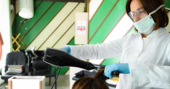 50-60 proc. dotychczasowych klientów wróciło do salonów kosmetycznych i na fotele fryzjerskie - podał Polski Związek Przemysłu Kosmetycznego (Kosmetyczni.pl). Dodał, że kalendarze fryzjerów i kosmetyczek wypełnione są średnio na nieco ponad 2 tygodnie do przodu.