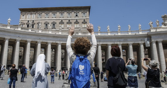 Po raz pierwszy od ponad dwóch miesięcy wierni wrócili w niedzielę na plac Świętego Piotra, by wysłuchać i zobaczyć papieża Franciszka. W południe zwrócił się on do wszystkich z biblioteki w Pałacu Apostolskim, a potem stanął w oknie i błogosławił obecnych.