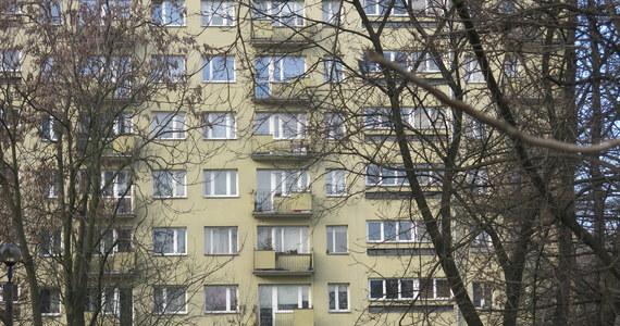 Policja w Rybniku zatrzymała kobietę, która wyrzuciła swojego 11-miesięcznego synka z okna. Chłopczyk przeżył - śmigłowcem Lotniczego Pogotowia Ratunkowego został przetransportowany do szpitala.
