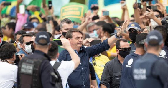 Narasta napięcie polityczne w Brazylii. Bezpośrednią przyczyną stało się ujawnienie nakazem brazylijskiego Sądu Najwyższego przez krajowe media filmu wideo, nagranego na polecenie rządu. Pokazywał on przebieg posiedzenia gabinetu Jaira Bolsonaro, na którym prezydent wyraził m.in. niezadowolenie z zarządzeń gubernatorów brazylijskich stanów w ramach walki z pandemią koronawirusa. Z sumie w całym kraju z powodu Covid-19 zmarło 22 666 osób. Zarażonych zostało 363 111 osób. Brazylia pod względem liczby zakażeń jest druga na świecie.