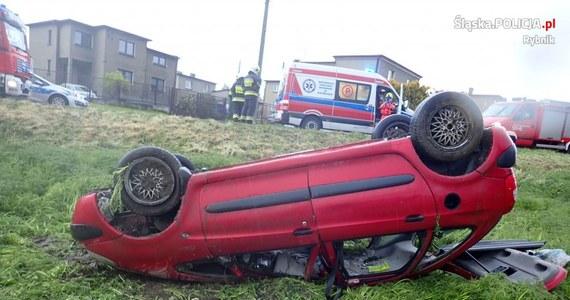 15-letni chłopiec siedział za kierownicą samochodu, który wczoraj wieczorem dachował w Rybniku. Pasażerami auta byli jego rok starszy kolega i dwaj 13-latkowie. Wszyscy wyszli z wypadku bez szwanku. Sprawą ma zająć się sąd rodzinny.