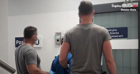 Policjanci zatrzymali 13-latka i jego o 2 lata starszego kolegę, którzy od kilku tygodni nękali, bili i wymuszali pieniądze od dwóch niepełnosprawnych umysłowo mężczyzn w Czechowicach-Dziedzicach.