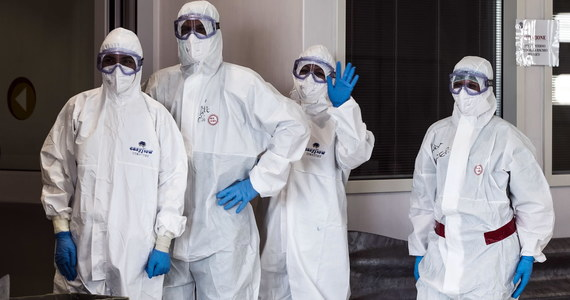 """Lekarze i inni pracownicy służby zdrowia we Francji w opublikowanym w poniedziałek liście otwartym do prezydenta Emmanuela Macrona apelują o reformę służby zdrowia, a sytuację krajowych szpitali w czasie pandemii Covid-19 nazywają """"katastrofalną""""."""