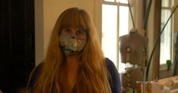 Ellen Macomber, projektantka z Nowego Orleanu w USA, tworzy nietypowe maseczki na twarz. Te szyte przez nią mają mały otwór na... słomkę.