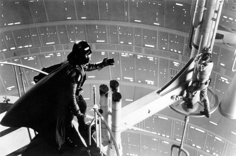 """""""Nie… Ja jestem twoim ojcem"""" - to zdanie wypowiedziane przez Dartha Vadera do Luke'a Skywalkera po dziś dzień pozostaje jedną z najważniejszych kwestii w historii kina. W jednym z tweetów opublikowanych przez odtwórcę roli Skywalkera, Marka Hamilla, aktor potwierdził, że prawda o ojcostwie Vadera była ukrywana przed większością obsady i twórców. Dowiedzieli się o niej dopiero po premierze filmu."""