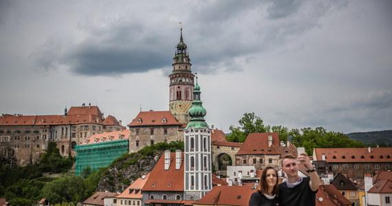 W poniedziałek w Czech rozpoczęła się ostatnia faza znoszenia restrykcji, związanych z pandemią koronawirusa, która obejmuje m.in. gastronomię, turystykę, szkolnictwo podstawowe, czy usługi taksówkarskie. Nowe zasady pozwalają na częściowe zrezygnowanie z maseczek.