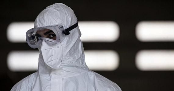 4 procent zmarłych we Włoszech osób zakażonych koronawirusem nie miało innych współistniejących chorób - ustalił krajowy Instytut Zdrowia. W ogłoszonym w poniedziałek raporcie podkreślono, że 1 procent zmarłych to osoby poniżej 50 lat.