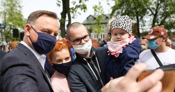 Większość badanych uważa, że walczący o reelekcję prezydent Andrzej Duda spełnił swoje obietnice wyborcze - wynika z sondażu IBRiS dla Onetu. Co ciekawe, badanie pokazuje, że gdyby teraz miało dojść do powtórki pojedynku z drugiej tury wyborów w 2015 roku, Andrzej Duda znów pokonałby Bronisława Komorowskiego.