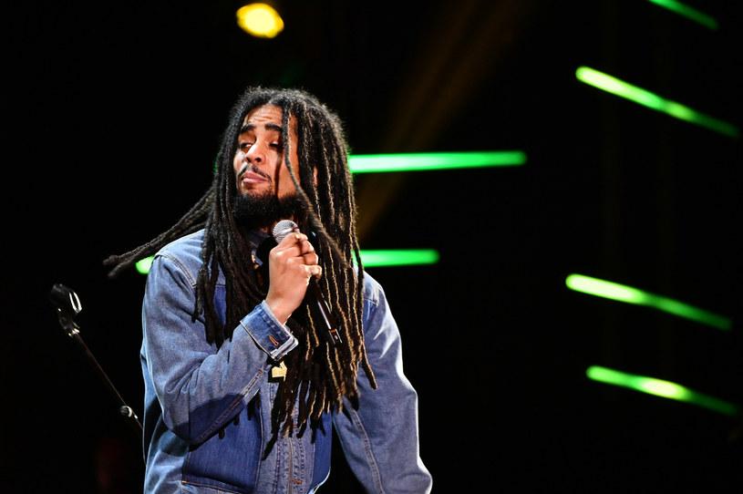"""Założony m.in. przez Boba Marleya legendarny jamajski zespół The Wailers do najnowszego utworu """"One World, One Prayer"""" zaprosił m.in. córkę i wnuka króla reggae oraz Shaggy'ego."""