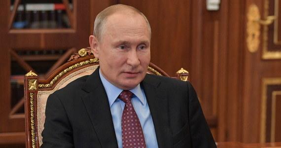 W Moskwie 24 czerwca odbędzie się doroczna defilada wojskowa, organizowana zwykle 9 maja, ale w tym roku przełożona z powodu pandemii koronawirusa - zapowiedział prezydent Władimir Putin. Poinformował, że zdaniem ekspertów w Rosji szczyt epidemii minął.