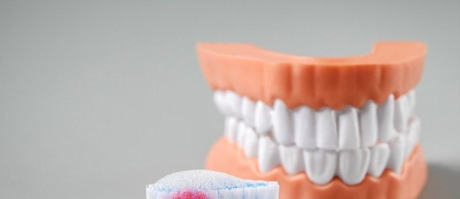 Paradontoza to najbardziej przewlekła choroba przyzębia, czyli tkanek, w których osadzony jest ząb. Choroba przebiega podstępnie, a brak leczenia skończyć się może dramatycznie - utratą zębów. Pierwsze sygnały mogą być nieoczywiste, ale dentyści mają specjalistyczne metody, by ją rozpoznać.
