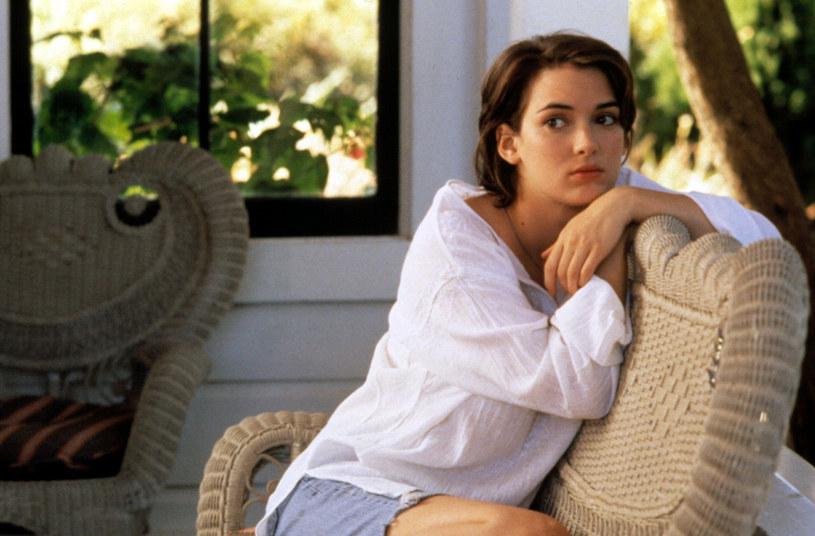 """Oto kolejny dowód na to Keanu Reeves jest najsympatyczniejszą osobą w Hollywood. Winona Ryder wyznała, że jej przyjaźń z Keanu rozpoczęła się w 1992 roku na planie """"Draculi"""", gdy odmówił on obrażania jej, do czego był namawiany przez reżysera, Francisa Forda Coppolę. Chodziło o to, by wołać u niej łzy podczas kręcenia sceny."""