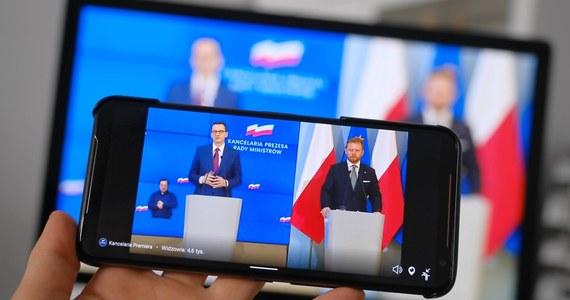 """""""Od 30 maja sporo się zmieni"""" - ogłosił premier Mateusz Morawiecki na konferencji prasowej ws. szczegółów IV etapu luzowania obostrzeń, wprowadzonych w ramach walki z pandemią koronawirusa. Jak poinformował, od najbliższej soboty zniesione zostaną ograniczenia w handlu i gastronomii: przestaną obowiązywać limity dot. liczby klientów. Dzień później, od niedzieli, zniesione zostaną limity dot. liczby wiernych w kościołach. 6 czerwca z kolei otworzą się np. kina i teatry, siłownie, kluby fitness, baseny i solaria oraz parki rozrywki - wyjątkiem będą tu natomiast kluby i dyskoteki. Również od 6 czerwca możliwe będzie organizowanie wesel dla maksymalnie 150 ludzi. Ponadto Mateusz Morawiecki ogłosił: """"Chcemy dopuścić możliwość zgromadzeń do 150 ludzi""""."""