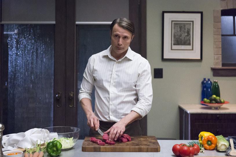 """Oparty na motywach bestsellerowych książek Thomasa Harrisa serial """"Hannibal"""" zniknął z anteny telewizji NBC w 2015 roku. Zakończono jego produkcję po trzecim sezonie, choć w zamyśle twórców było nagranie kolejnych transzy. Teraz pojawia się nadzieja na to, że przygody kanibala Hannibala Lectera i profilera FBI Willa Grahama będzie kontynuował Netflix."""