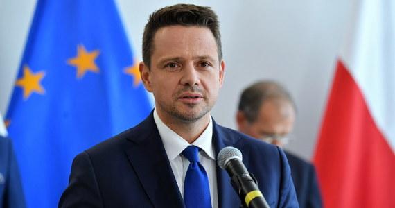 Kandydat KO na prezydenta Rafał Trzaskowski zaapelował do rządu o wstrzymanie trzech najbardziej kontrowersyjnych inwestycji i przeznaczenie tych środków na walkę ze skutkami epidemii. Chodzi o Centralny Port Komunikacyjny, przekop Mierzei Wiślanej i Polską Fundację Narodową. Kandydat KO zaznaczył też, że jest gotów na wybory prezydenckie w każdym terminie, tylko muszą być bezpieczne i demokratyczne.