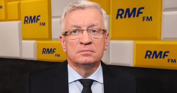 """""""Nie mamy gotowych ustaw w tym obszarze, nie mamy aktów wykonawczych, nie mamy wytycznych GIS. Nie znamy zasad, na których te wybory się będą odbywać. Jest wiele niewiadomych"""" - stwierdził w Porannej rozmowie w RMF FM prezydent Poznania Jacek Jaśkowiak, pytany o to, dlaczego jego zdaniem 28 czerwca nie mogą się odbyć wybory prezydenckie. """"Wcześniej lokale wyborcze mieściły się w mniejszych pomieszczeniach, które bez pandemii absolutnie wystarczały. Czekamy na dyspozycje co do odległości pomiędzy osobami, które będą pracować w komisjach obwodowych"""" - dodał. """"Są szkoły, w których mamy 4 komisje obwodowe, a jedną salę gimnastyczną"""" - podkreślił, zwracając uwagę, że wcześniej część komisji pracowała w zwykłych klasach, które w czasach koronawirusa mogą być za małe i nieodpowiednie ze względów bezpieczeństwa."""