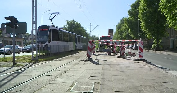Rozpędzony SUV nie ustąpił pierwszeństwa autobusowi miejskiemu. Doszło do zderzenia, w wyniku którego autobus staranował przystanek tramwajowy, a potem przejechał przez tory i uderzył w wiatę przystanku autobusowego po drugiej stronie ulicy. Jak podkreśla Hanna Pieczyńska, rzeczniczka Zarządu Dróg i Transportu Miejskiego w Szczecinie, gdyby na przystanku stali pasażerowie, mogłoby dojść do tragedii.
