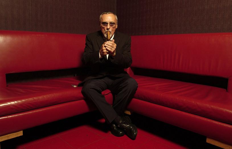 Gdyby żył, w poniedziałek świętowalibyśmy 85. urodziny Dennisa Hoppera -  jednego z najbardziej charakterystycznych aktorów w Hollywood. Nie chodzi tylko o jego role i zdolności aktorskie. Artysta wyróżniał się wybuchowym temperamentem, a jego długoletnie nałogi alkoholowe i narkotykowe sprawił wiele kłopotów producentom i reżyserom. Niektóre anegdoty o Hopperze do dziś mrożą krew w żyłach.