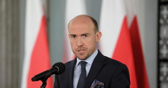 """""""W mojej ocenie wybory - w oparciu o to, co mówią samorządowcy - powinny odbyć się w połowie lipca, żeby były one dobrze przygotowane"""" – stwierdził w rozmowie z Polską Agencją Prasową lider Platformy Obywatelskiej Borys Budka. """"Jesteśmy gotowi na każdy termin wyborów. Deklaruję, że te wybory wygra Rafał Trzaskowski jako kandydat KO"""" - podkreślił."""