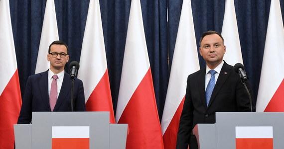 """""""W cieniu pandemii toczyły się bardzo trudne negocjacje, które dotyczyły Funduszu Odbudowy po pandemii. (…) W oparciu o ten Fundusz Odbudowy chcemy, żeby Europa znowu była wielka i była globalnym graczem"""" - mówił premier Mateusz Morawiecki w trakcie wspólnej konferencji prasowej z prezydentem Andrzejem Dudą, poświęconej kryzysowi gospodarczemu spowodowanemu epidemią koronawirusa i właśnie ogłoszonemu dzień wcześniej unijnemu Funduszowi Odbudowy Gospodarki, który opiewać ma w sumie na 750 mld euro. Polska uzyskać ma z tej puli blisko 64 mld euro. Morawiecki nazwał tę propozycję Komisji Europejskiej """"bardzo dobrą dla Polski"""" i """"dodatkowym zastrzykiem optymizmu"""", podkreślając równocześnie: """"To efekt twardej polityki negocjacyjnej, żmudnych nocnych rozmów, które toczyły się w ostatnich trzech miesiącach""""."""