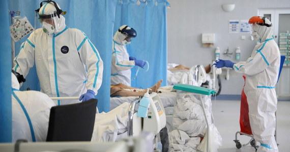 W czwartek Ministerstwo Zdrowia poinformowało o 352 nowych przypadkach zakażenia koronawirusem w Polsce. Zmarło też 10 osób.  Łącznie, od początku pandemii w Polsce wykryto 22 825 zakażeń, zmarło 1 038 osób.