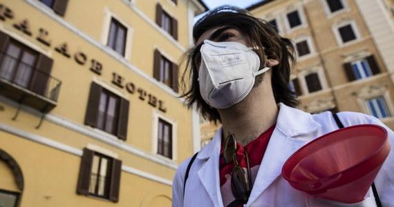 """W Mediolanie przeprowadzono u 18-latka pierwszą w Europie operację przeszczepu obu płuc, zniszczonych przez koronawirusa - podały w czwartek włoskie media. Nastolatek był w ciężkim stanie, a jego płuca, jak mówią lekarze, zostały """"spalone"""" w ciągu kilku dni."""