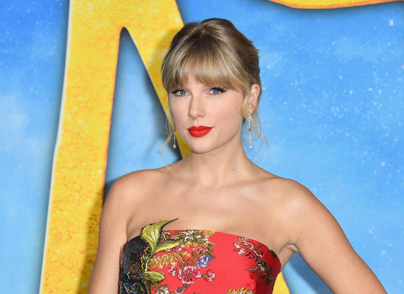 """Do sieci trafił cover utworu Taylor Swift """"Look What You Made Me Do"""" w wykonaniu nieistniejącego zespołu Jack Leopards & The Dolphins Club. W ten sposób wokalistka, która wpadła na ten pomysł, chce zagrać na nosie właścicielowi praw do jej piosenek."""