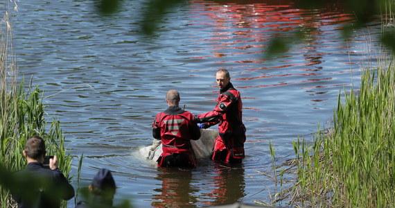 """Nurkowie z Fundacji """"Na tropie"""" ponownie zeszli pod wodę w Jeziorze Dywickim, szukając kolejnych szczątków zaginionej w 1996 roku Joanny Gibner. """"Nie znaleźliśmy już nic więcej, poszukiwania uznajemy za zakończone"""" - powiedział szef Fundacji Janusz Szostak. Wczoraj nurkowie wydobyli z jeziora torbę ze ludzkimi szczątkami. To najprawdopodobniej zamordowana przed 24 laty olsztynianka."""